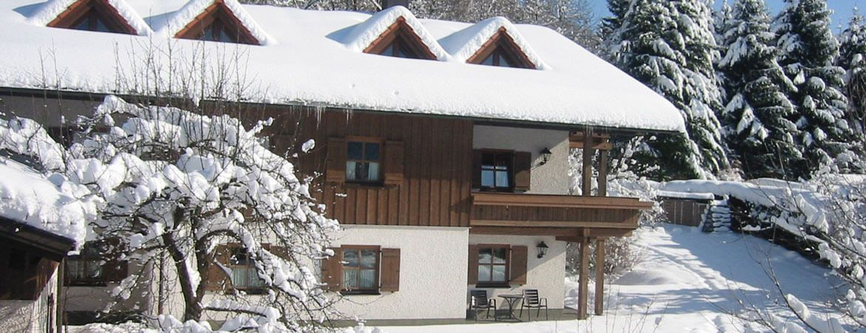 Bodenmais: Verschneite Ferienwohnungen vom Hittenpichl